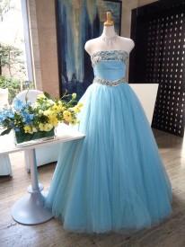 ミントブルーというか、あのティファニーブルーをもう少し淡くした色合いのカラードレスです。